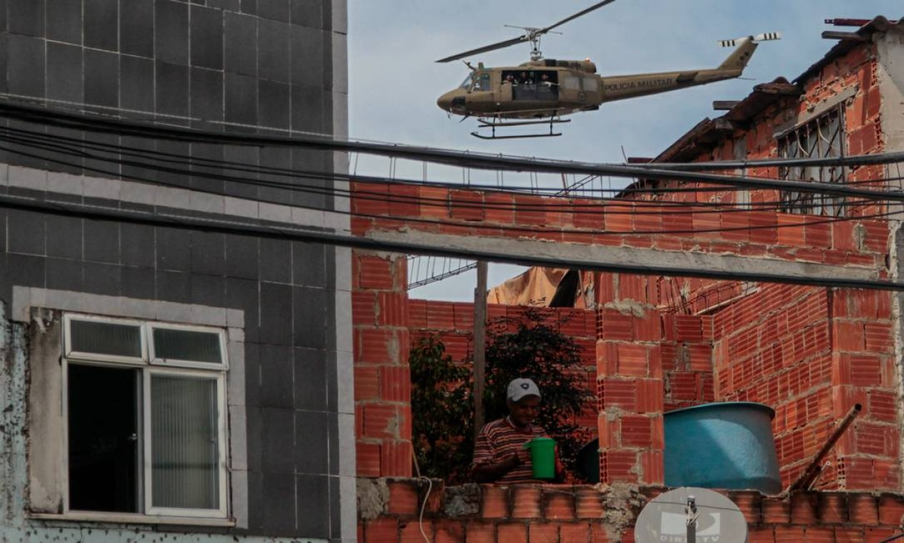 Helicóptero da Polícia Militar faz um sobrevoo no Complexo do Alemão Foto: Pedro Kirilos / O Globo