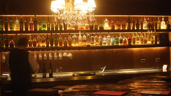 O bar marcado por uma enorme mesa de madeira bruta é o melhor lugar para se iniciar a refeição no Tomo 1: o menu degustação custa R$ 80 Foto: Bruno Agostini / O Globo