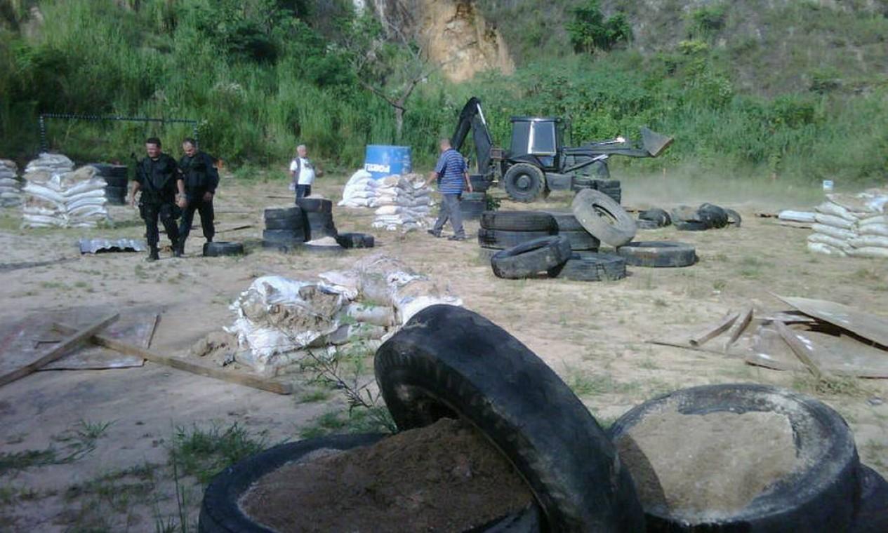 Policiais encontram um campo de paintball ilegal no Morro do Adeus. De acordo com o Bope, há possibilidade de o local ter sido usado para treinamento de traficantes Foto: Bope / Divulgação