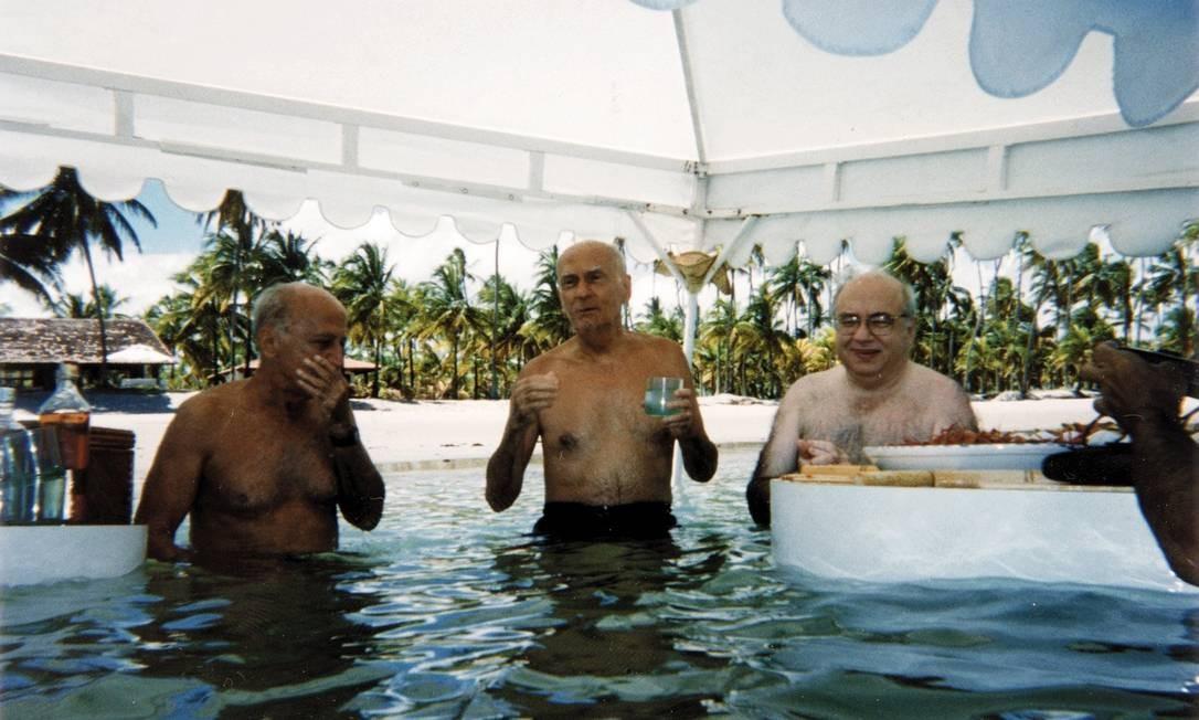 """Millôr Fernandes foi, ao longo de mais de sete décadas de carreira, uma figura pública única no Brasil. Um frasista brilhante que via no humor """"a quintessência da seriedade"""". Na foto, aparace ao lado de Suassuna e Veríssimo"""
