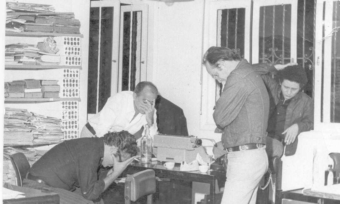 Jornalistas do Pasquim: A partir da esquerda Ivan Lessa (sentado), Millôr Fernandes (de branco), Caulos (na janela) e Jaguar (em pé) Foto: Divulgação