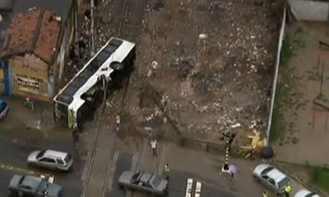 Ônibus bate contra um trem de manutenção e tomba na linha férrea em Marachal Hermes, na Zona Norte Foto: TV Globo / Reprodução