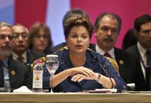 Dilma faz discurso na cúpula dos Brics, na Índia; ao fundo, os ministros das Relações Exteriores, Antonio Patriota e da Educação, Aloizio Mercadante Foto: Prakash Singh/AFP