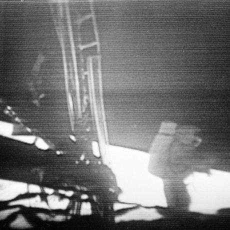 Neil Armstrong, comandante da missão Apollo 11, caminha para fora do módulo de comando em 1969 Foto: AP