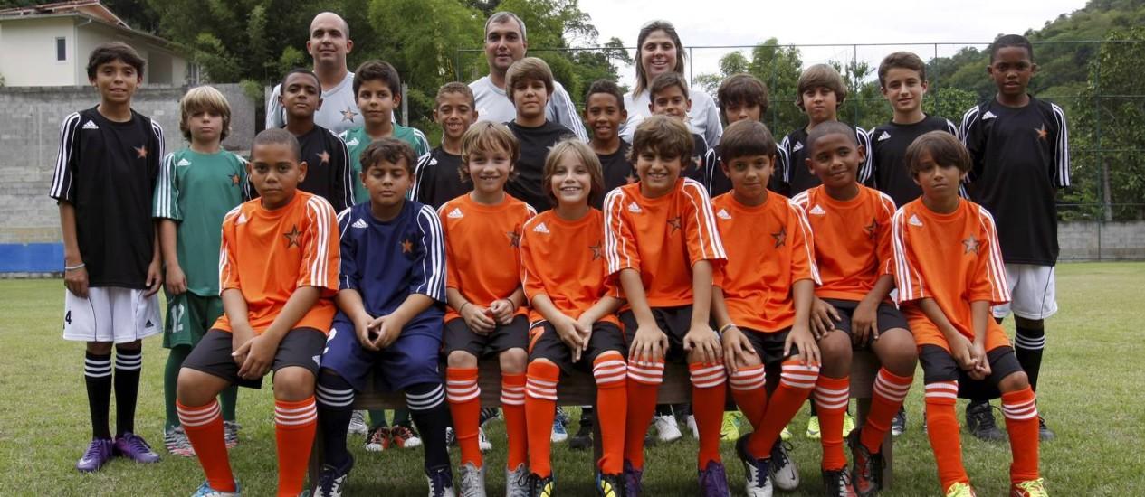 CRIANÇAS DO Clube Trops que vão participar do Mundialito com os técnicos e Vanessa Tristão Foto: Luiz Ackermann