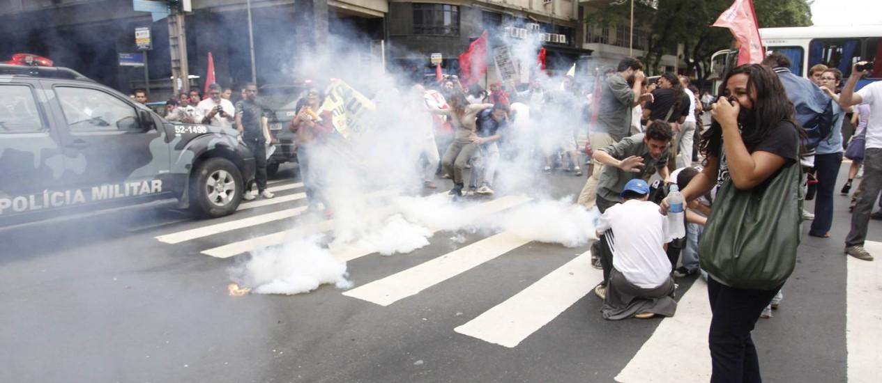 Manifestantes enfrentam policiais no Centro do Rio Foto: Marcelo Carnaval / O Globo