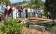 Corpo do médico Carlos Vieira de Carvalho, assassinado em uma tentativa de assalto em Icarái, é sepultado