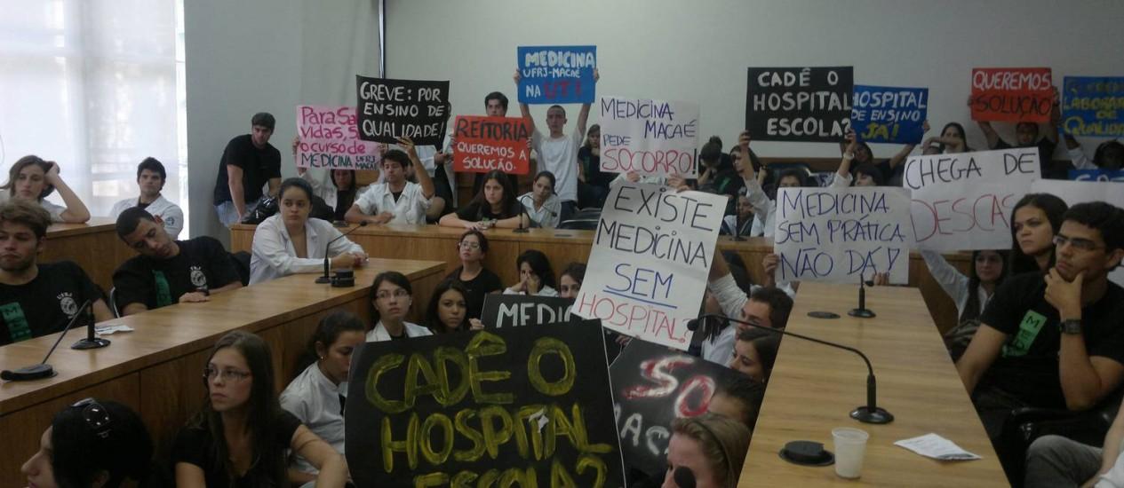 Estudantes vieram de ônibus protestar no prédio da Reitoria, no Fundão Foto: Leonardo Cazes