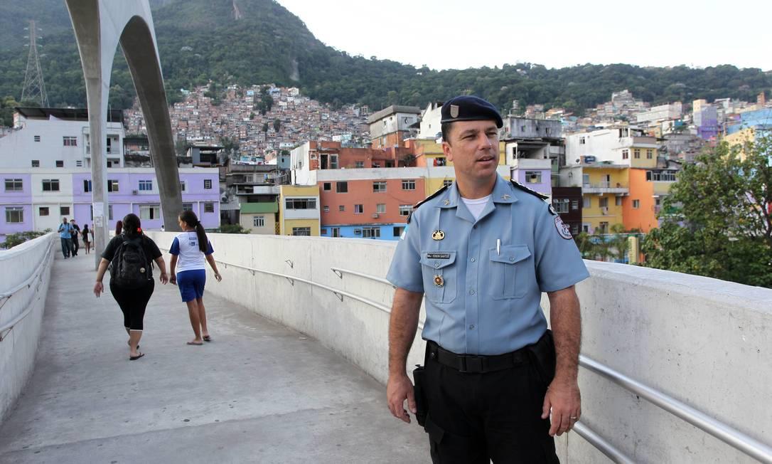 O major Edson Santos, na Favela da Rocinha Foto: Domingos Peixoto / O Globo