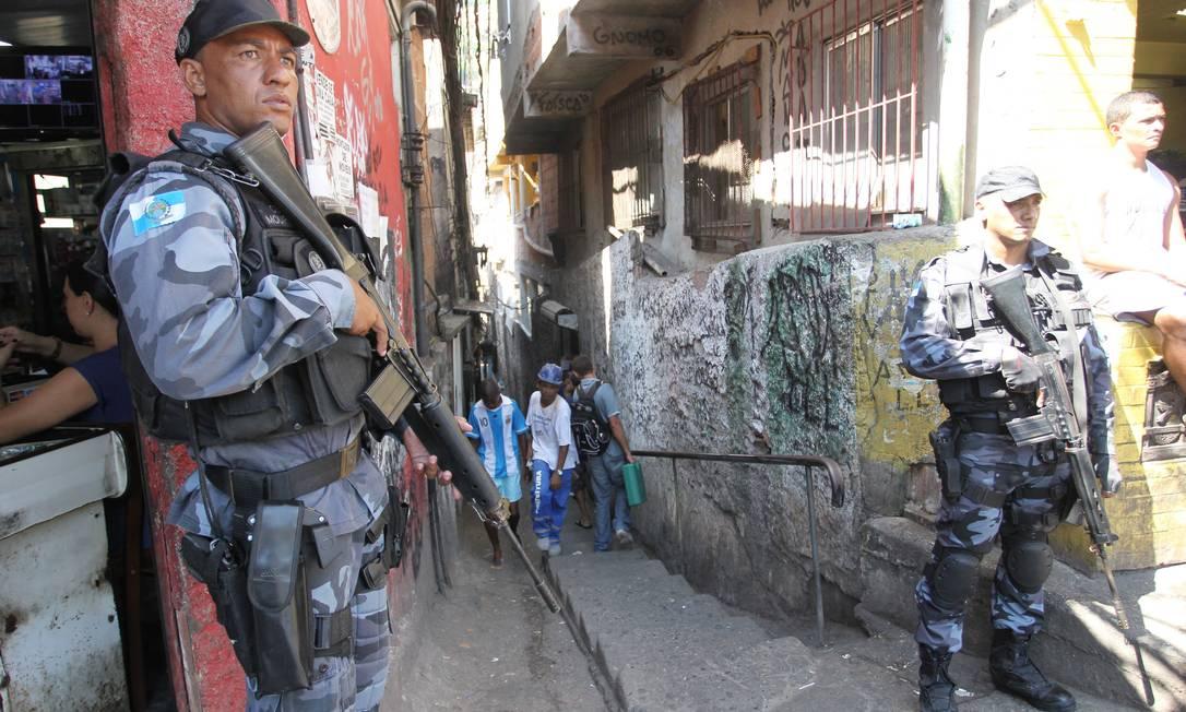 Policiais do Batalhão de Choque na entrada do beco onde cabo da PM foi morto na Rocinha Foto: Márcia Foletto / O Globo