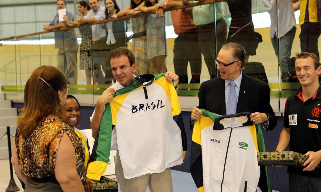 Entre Daiane dos Santos e Diego Hypolito, o prefeito do Rio, Eduardo Paes, e o presidente do COB, Carlos Arthur Nuzman, recebem uniformes do Brasil Foto: Cezar Loureiro / O Globo
