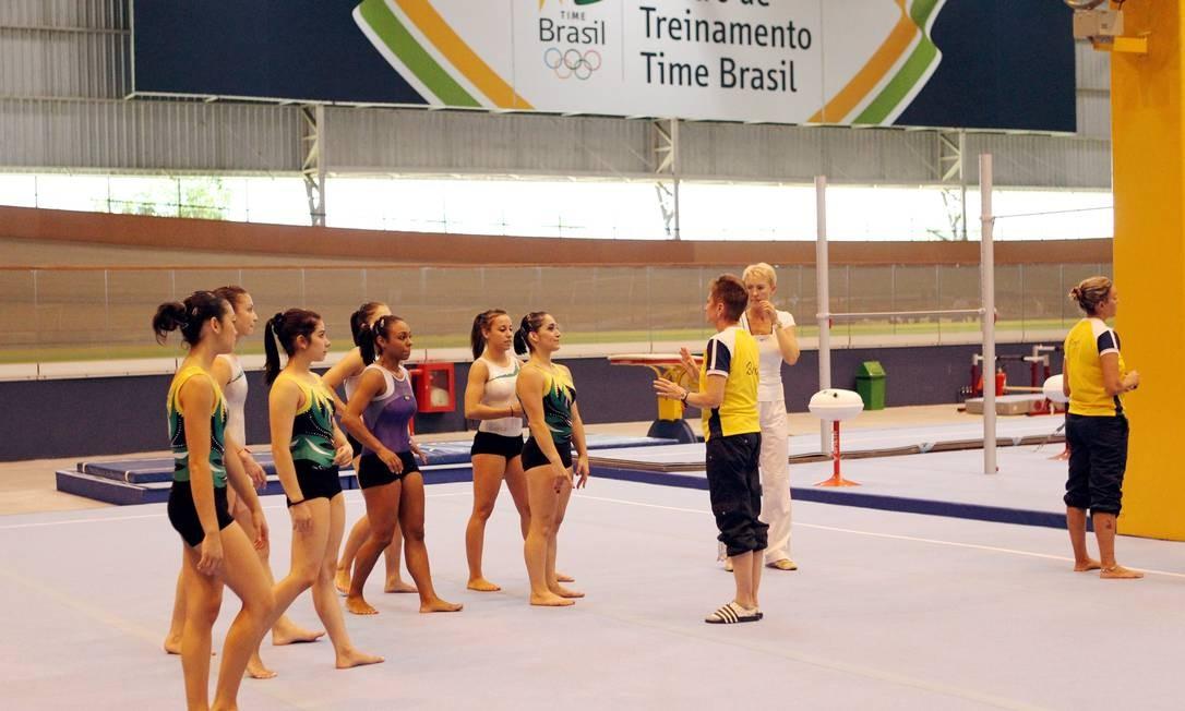 As ginastas são orientadas pela técnica Irina Ilyaschenko no novo CT que ficará no Velódromo na Barra da Tijuca Foto: Cezar Loureiro / O Globo