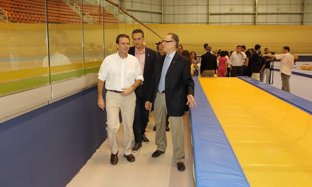 Paes, o superintendente executivo do COB, Marcus Vinicius Freire e Nuzman dentro do CT Foto: Cezar Loureiro / O Globo