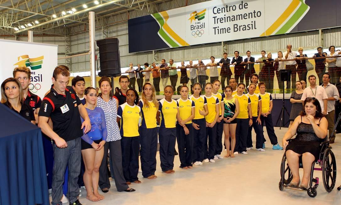 Os atletas com a técnica Georgette Vidor na inauguração do CT da ginástica brasileira Foto: Cezar Loureiro / O Globo