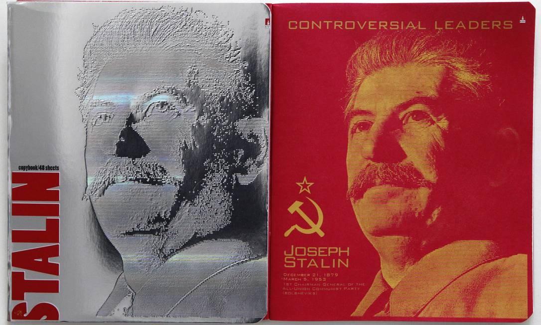 A capa e a primeira página do caderno escolar com fotos de Josef Stálin: polêmica na Rússia Foto: Mikahil Metzel/AP