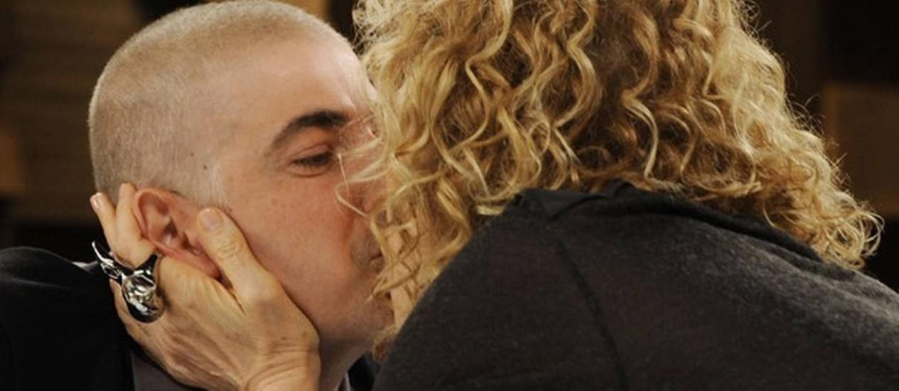 Gianecchini e Marília Gabriela dão um beijo ao fim da entrevista Foto: Reprodução Site do GNT