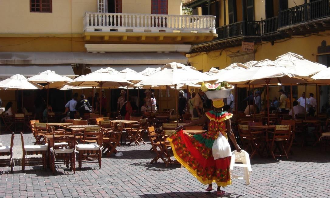 """""""Palenquera"""", figura típica de Cartagena, numa praça da cidade colombiana Foto: O GLOBO / Carla Lencastre"""