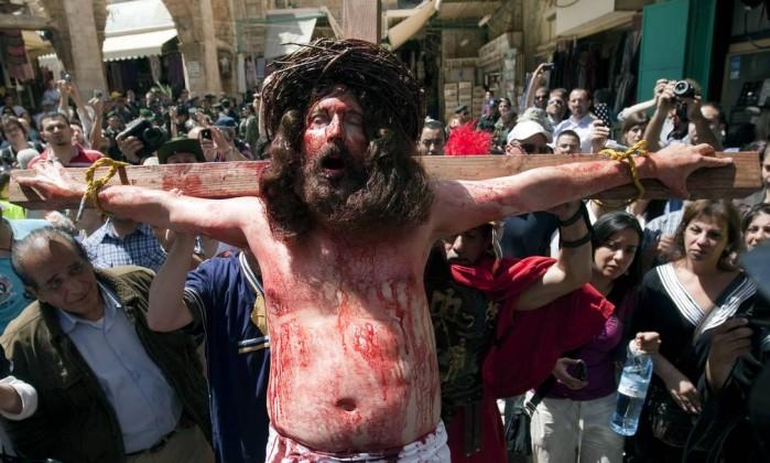 Tony Khalil, um peregrino critão de Nazaré, reencena a crucificação de Jesus Cristo refazendo o caminho que Jesus trilhou, conhecido como 'Via Dolorosa', em Jerusalém AHMAD GHARABLI / AFP