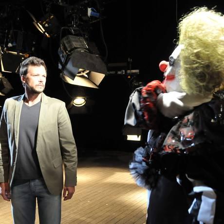 """O palhaço assassino tira a máscara e Francisco fica chocado em """"Vidas em jogo"""" Foto: Record/Munir Chatack"""
