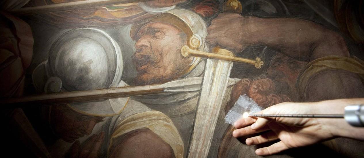 Sonda com microcâmera é inserida num dos seis orifícios abertos num mural de Giorgio Vasari, em Florença, na Itália: pesquisa quer encontrar afresco que Leonardo Da Vinci teria pintado em 1505 Foto: Divulgação