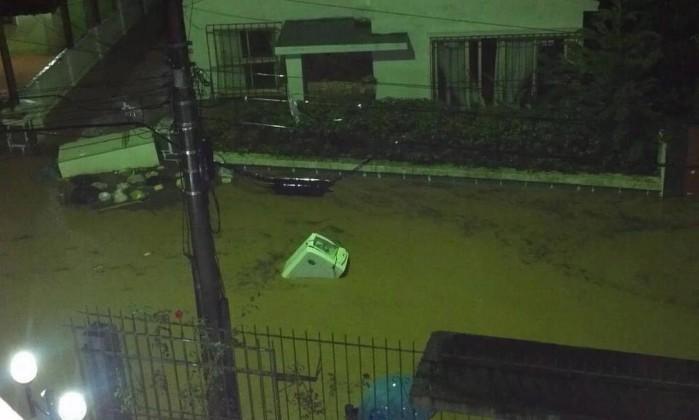 Rua alagada em Teresópolis, onde cinco pessoas morreram em decorrência de desabamentos Foto da leitora Sabrina Passarely / Eu-Repórter