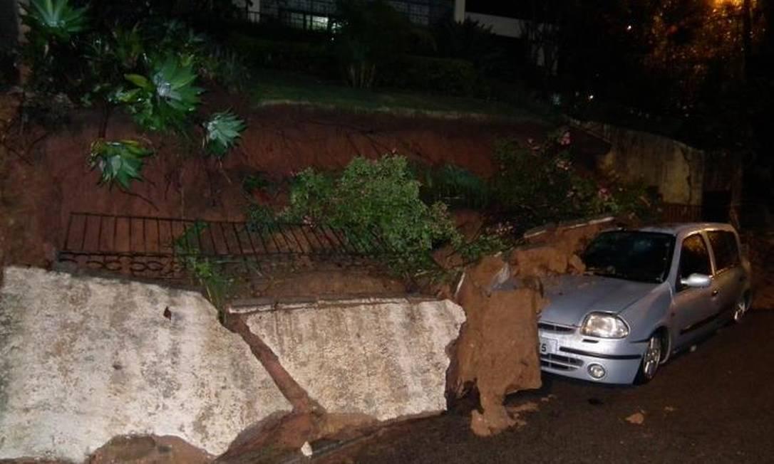 Deslizamento de barreira em rua de Teresópolis destrói carro Foto do leitor Bruno Gama / Eu-Repórter