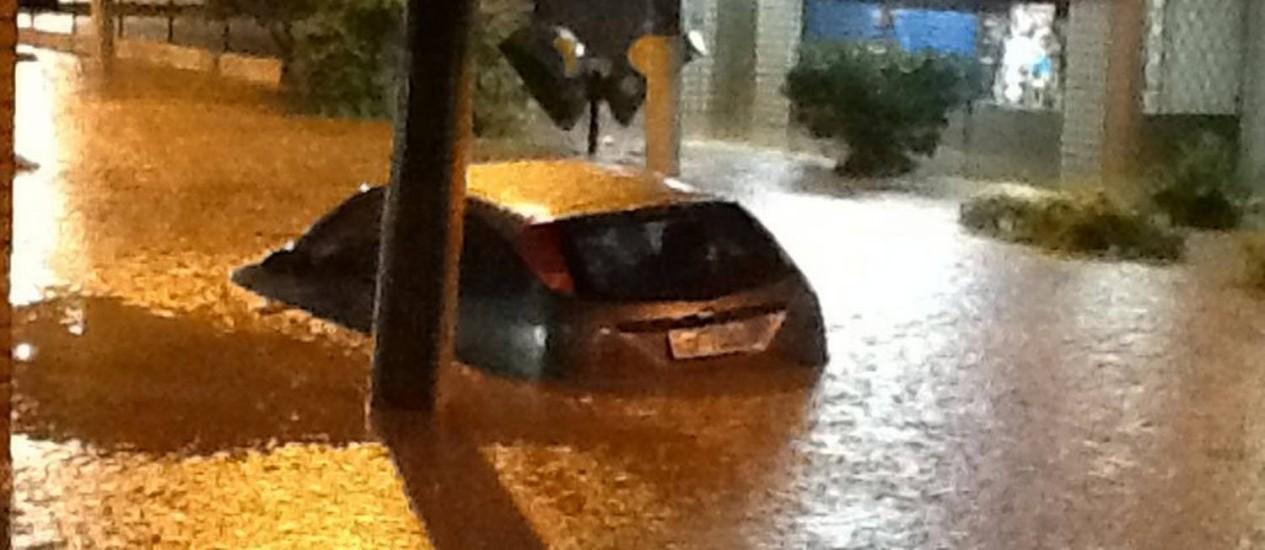 Carro é levado pela água em Teresópolis Foto: Foto do leitor Rodrigo Ferreira / Eu-Repórter