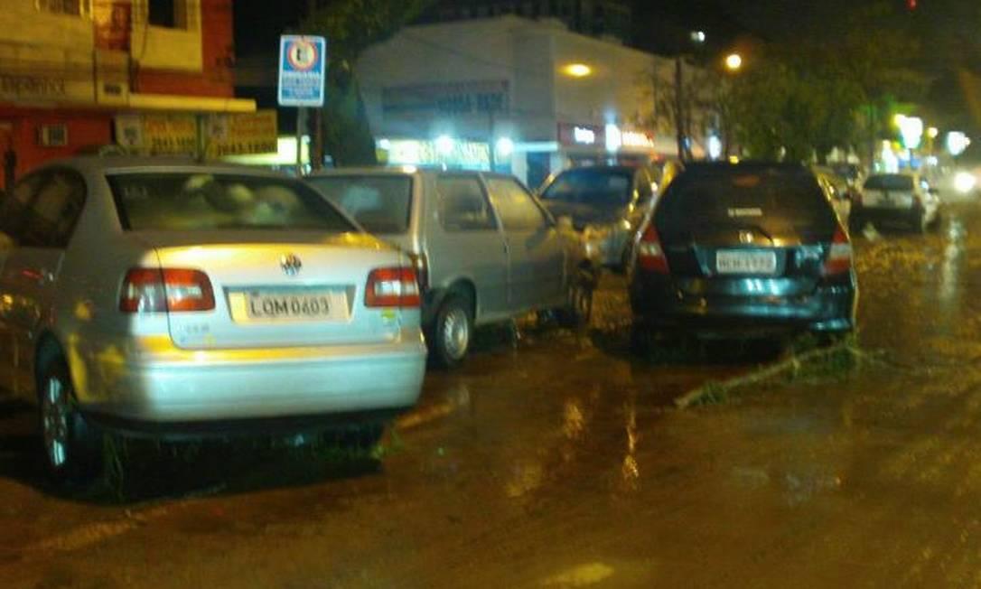 Carros arrastados pelo temporal Foto do leitor Isai Pereira / Eu-Repórter