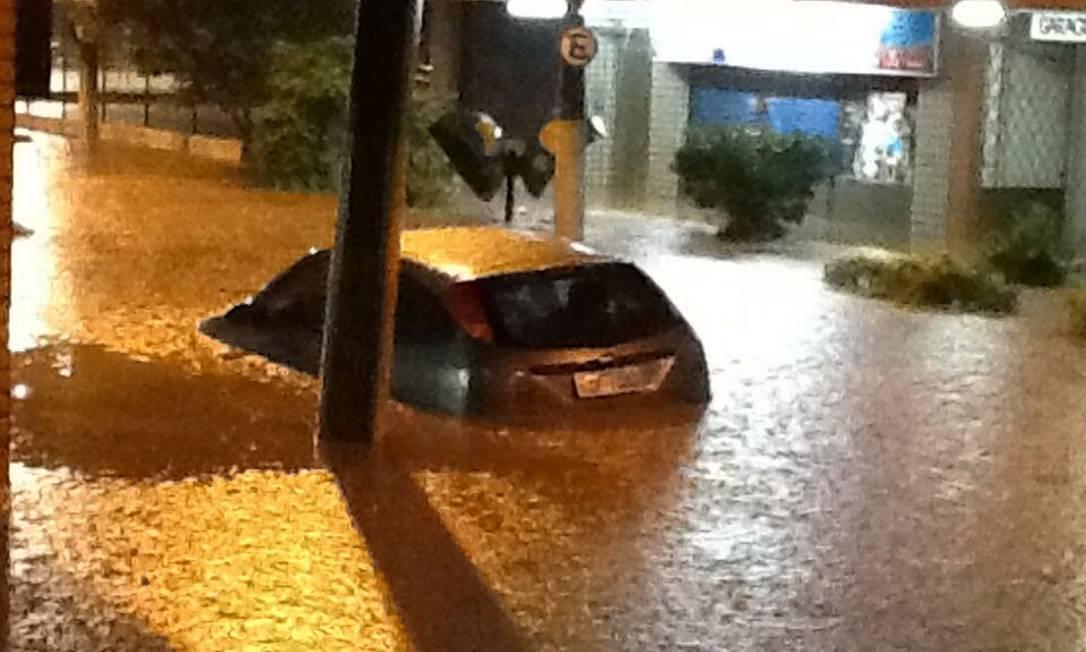 Carro levado pela água durante temporal Foto do leitor Rodrigo Ferreira / Eu-Repórter