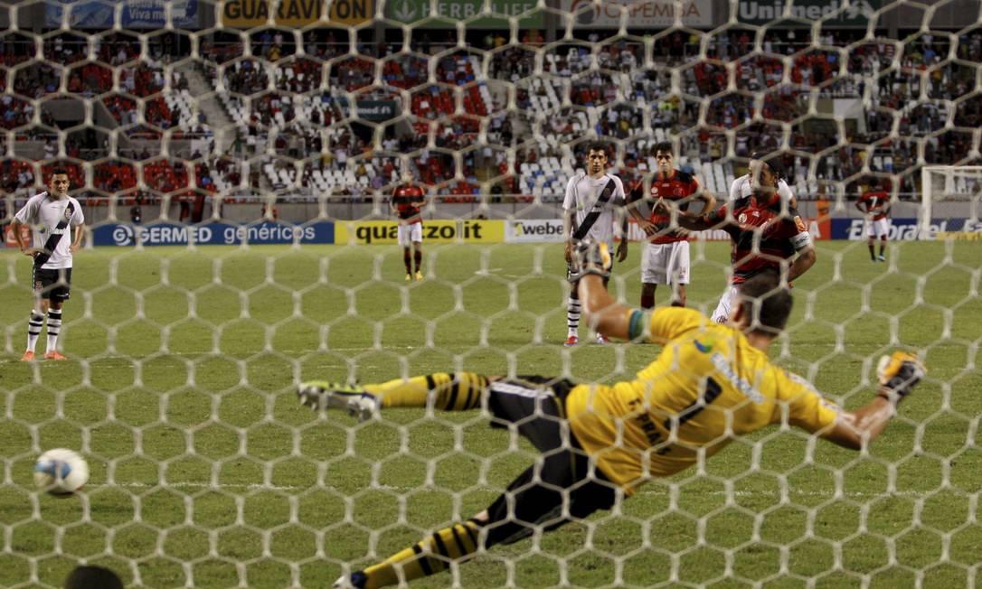 Ronaldinho cobra o pênalti que definiu a vitória do Flamengo por 2 a 1 Foto: Marcos Tristão / O Globo
