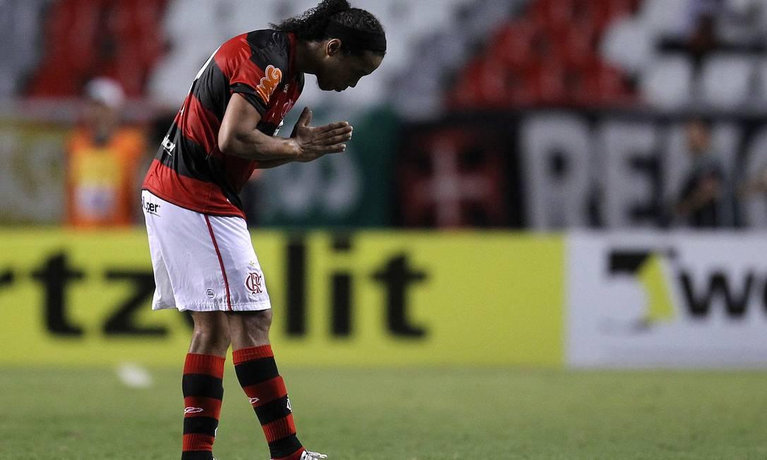 Ronaldinho reverencia a torcida do Fla após o jogo Foto: Alexandre Cassiano / O Globo