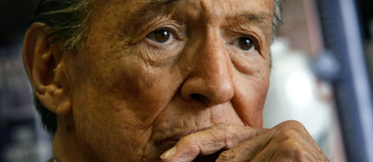 """Mike Wallace, que por quase 40 anos foi repórter e apresentador do """"60 Minutes"""", da CBS, em foto de 2006. Foto: AP / Bebeto Matthews"""