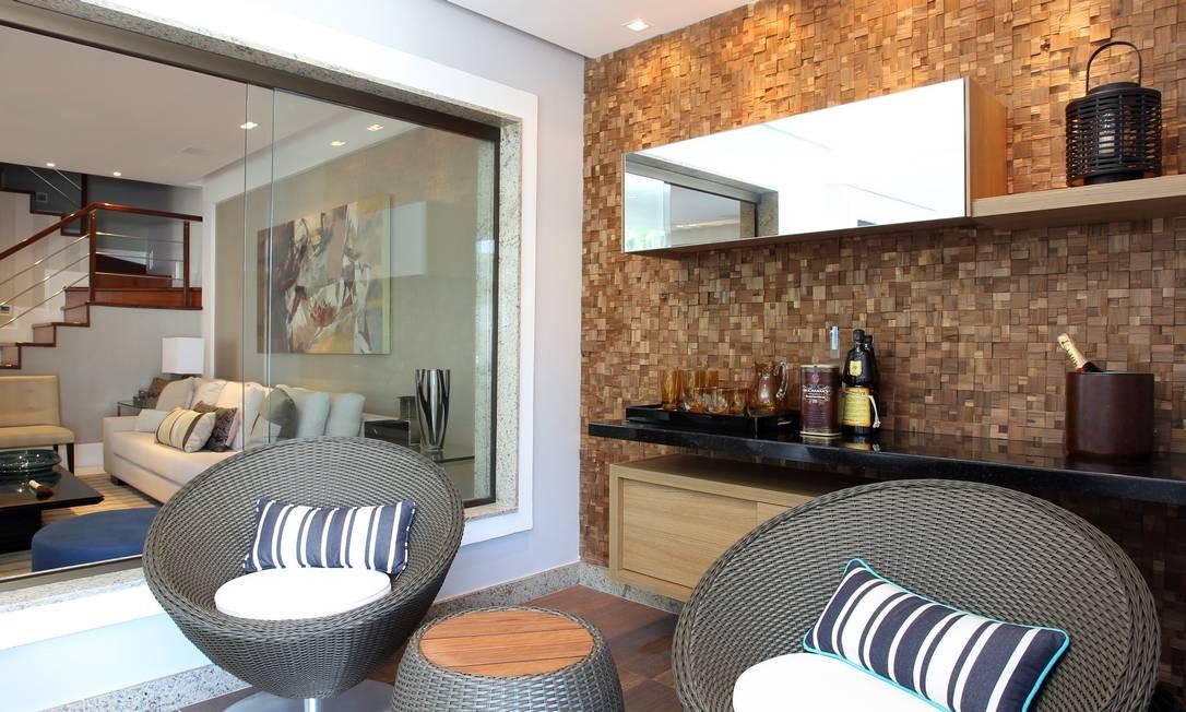 NA PAREDE da varanda transformada em bar, o revestimento com placas de madeira teca ajuda a aquecer o ambiente e a torná-lo ainda mais convidativo Foto: Carlos Ivan