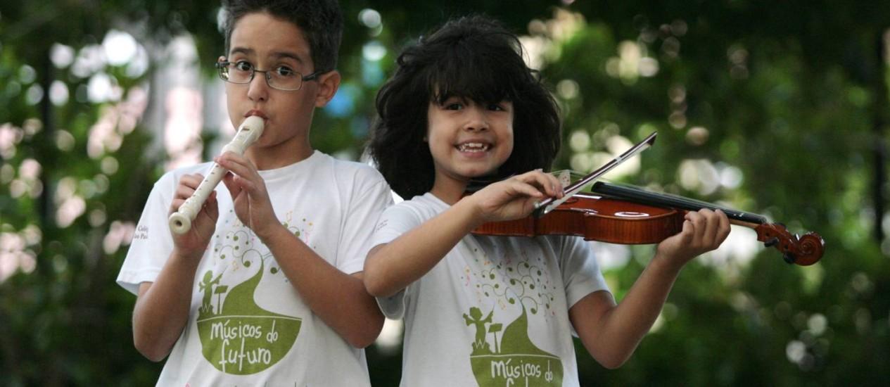 Gabriel e Camila: como os irmãos não se sentiam desafiados pelas atividades extras da escola, a saída foi buscar opções fora, como as aulas de música Foto: Agência O Globo / Marcos Alves