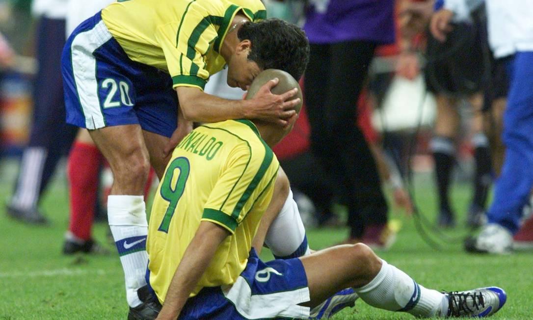 Ronaldo é consolado por Bebeto após a derrota na final para a França Foto: Ivo Gonzalez / O Globo