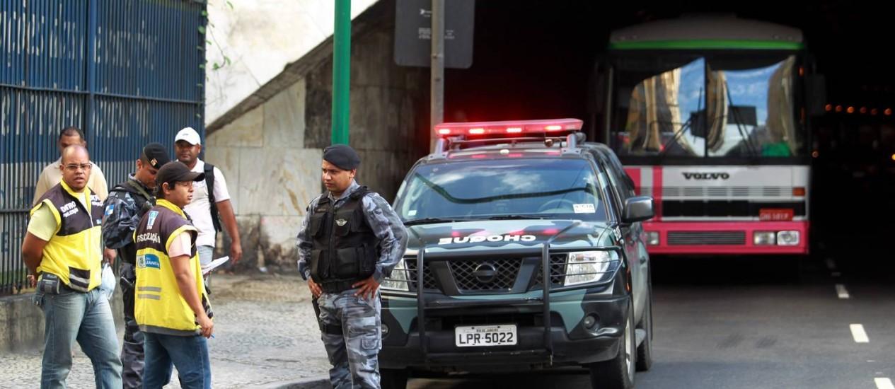 Seis ônibus <b>piratas são apreendidos</b> na Zona Sul - Jornal O Globo 2014