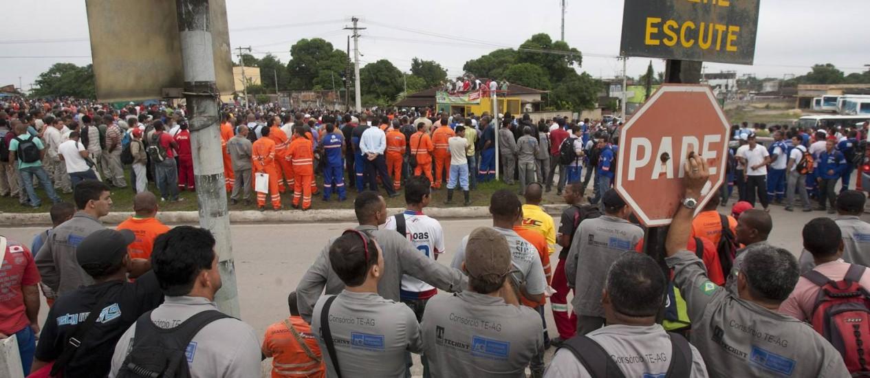 Operários do Comperj, em greve por aumento salarial, participam de assembleia na estrada que liga Itaboraí, onde fica o complexo de refinarias, ao município de Cachoeiras de Macacu Foto: Rafael Andrade / Agencia O Globo