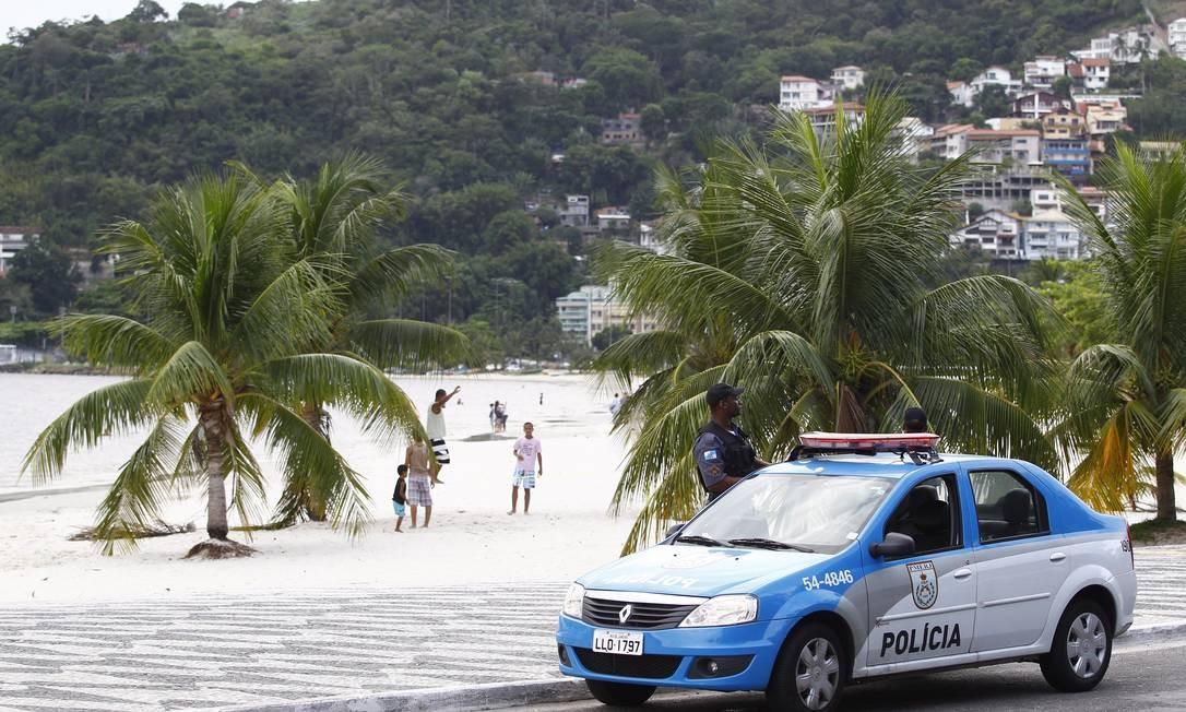 Patrulha da PM na Praia de São Francisco, Niterói: o efetivo da corporação diminuiu ao longo dos anos Foto: Pablo Jacob / O Globo