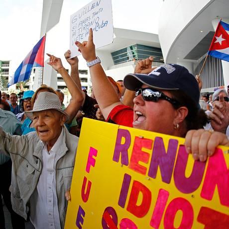 """Renuncia, idiota"": manifestantes protestam contra Ozzie Guillen Foto: Mike Ehrmann/Getty Images/AFP - 10/04/2012"