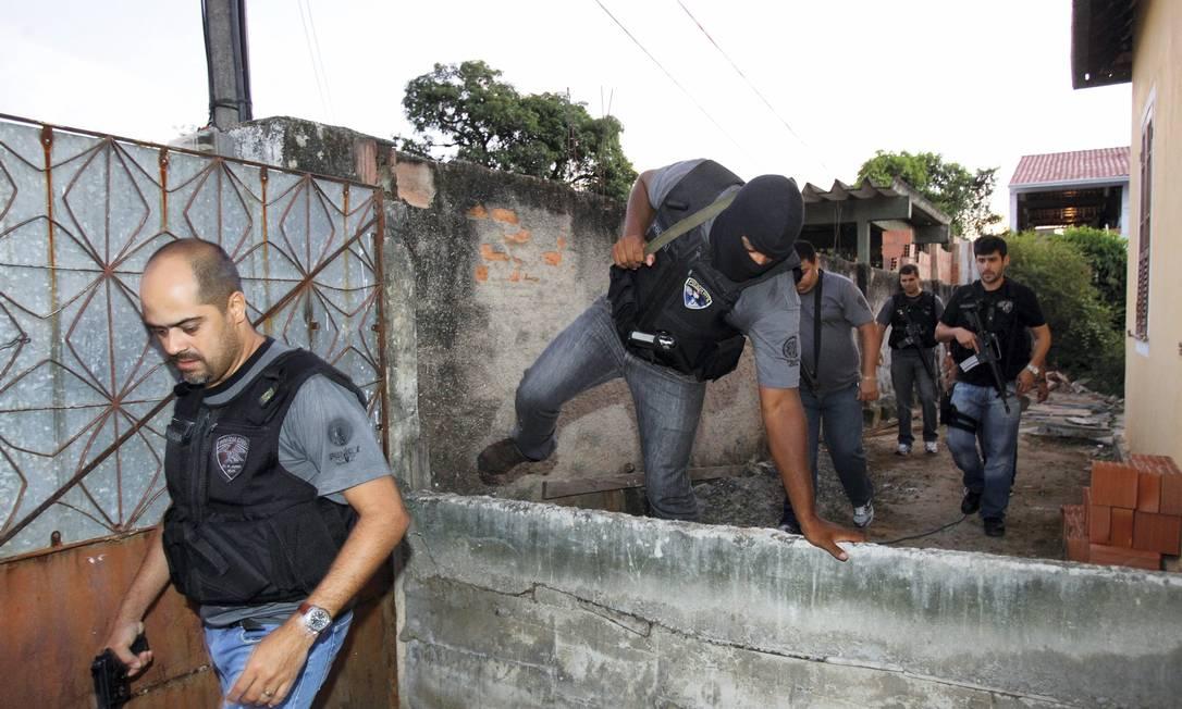 Duzentos e cinquenta homens das polícias Civil e Militar participam de duas operações em Niterói e em São Gonçalo O Globo / Fernando Quevedo