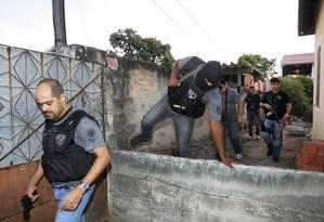 Duzentos e cinquenta homens das polícias Civil e Militar participam de duas operações em Niterói e em São Gonçalo Foto: O Globo / Fernando Quevedo