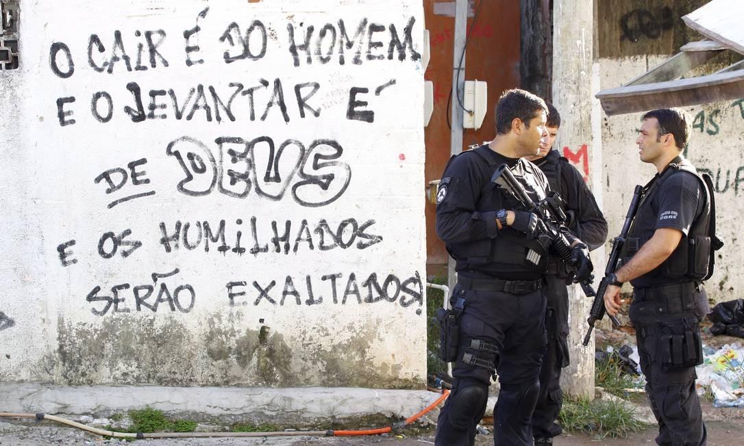 Já a operação da Polícia Civil contou com 50 agentes e ocorreu no início da manhã no Morro da Coruja Foto: O Globo / Fernando Quevedo