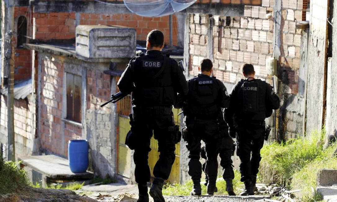 Os policiais tiveram o apoio de um blindado da polícia e um helicóptero O Globo / Fernando Quevedo