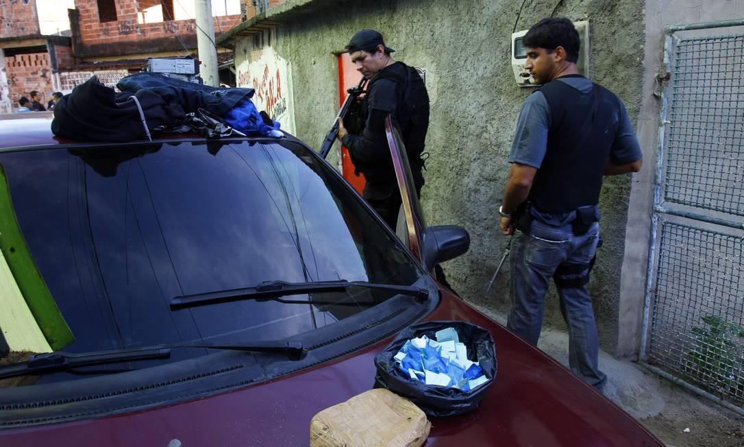 Durante a operação, foi encontrado um Corsa com rádios roubados e pequena quantidade de cocaína Foto: O Globo / Fernando Quevedo