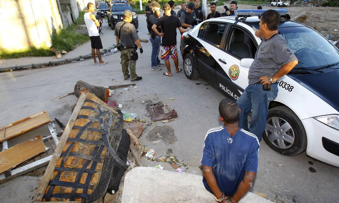 Houve confronto em uma das comunidades, a de Nova Brasília, em Niterói, onde um suspeito morreu. Com ele, foi apreendida uma pistola calibre .45, além de dois carregadores Foto: O Globo / Fernando Quevedo