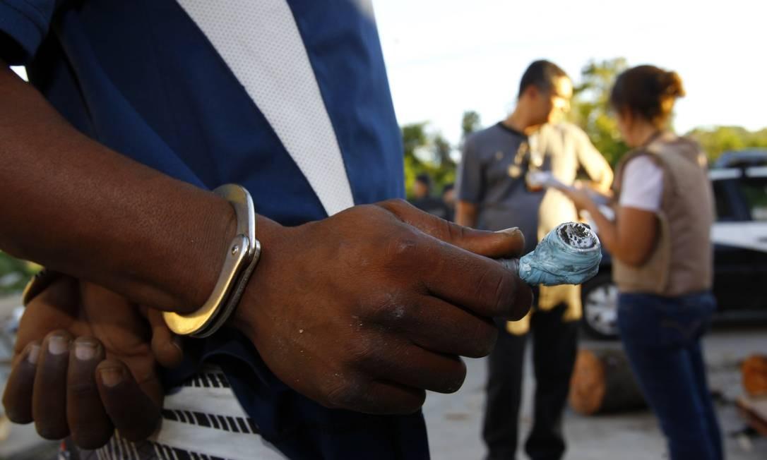 No Morro da Coruja, Luiz Fernando Souza da Silveira, de 28 anos, foi detido com um cachimbo de crack Foto: O Globo / Fernando Quevedo