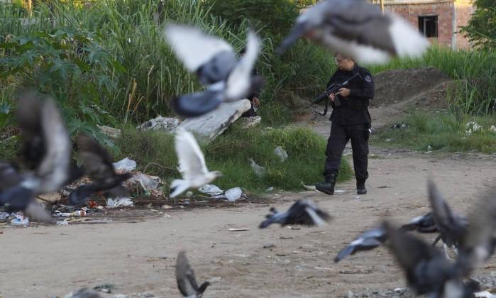 Os policiais também estouraram dois locais de endolação de entorpecentes, no Morro da Coruja, em São Gonçalo O Globo / Fernando Quevedo