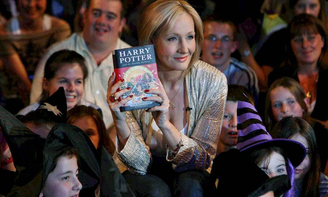 A escritora J K Rowling é uma das mais bem sucedidas do mercado editorial com a série do bruxinho Harry Potter Foto: Arquivo O Globo