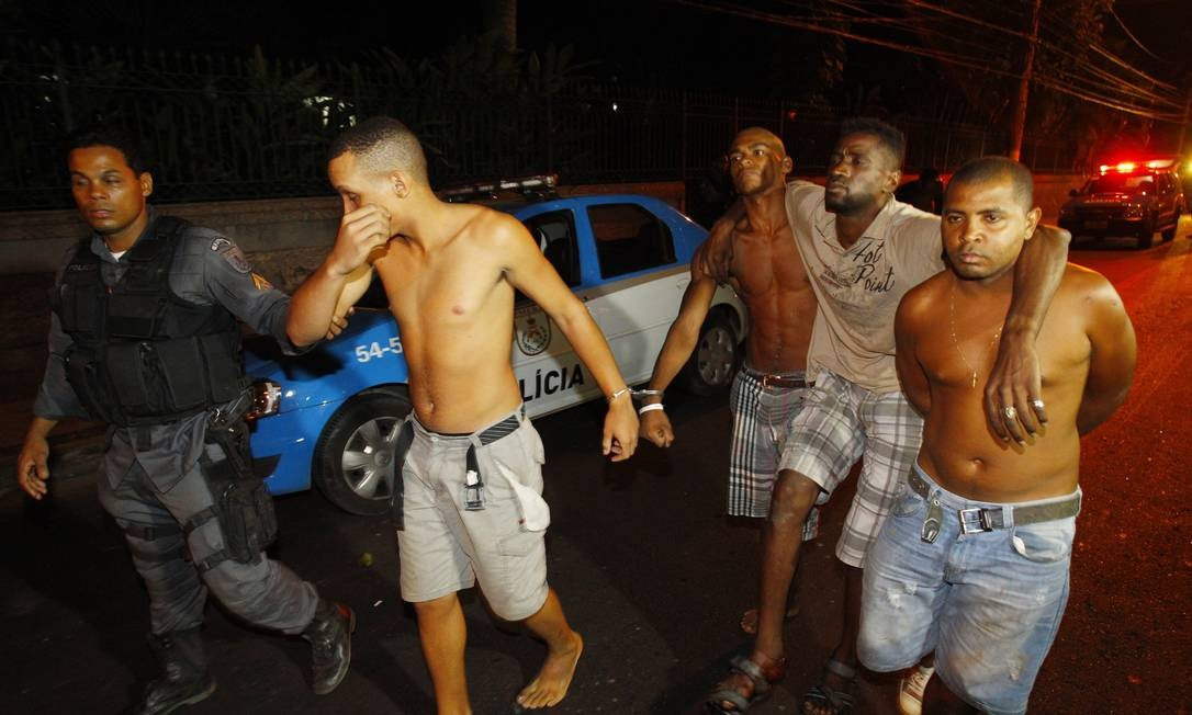 Polícia prende acusados de tentar invadir o Morro do Palácio, no Ingá, em Niterói Foto: Fernando Quevedo / O Globo