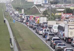 Engarrafamento na Rodovia Niterói—Manilha, no sentido Itaboraí Foto: Marcelo Piu / O Globo